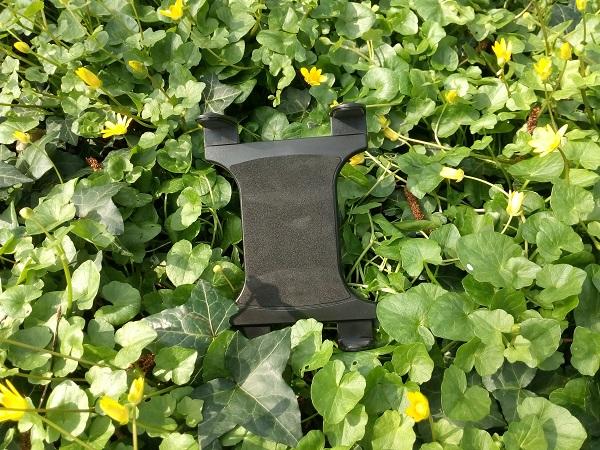 Tablethouder van GPS meetsysteem tussen de bloemen